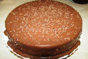 <p>На шоколадную глазурь натираем 10 г шоколада для украшения.</p>