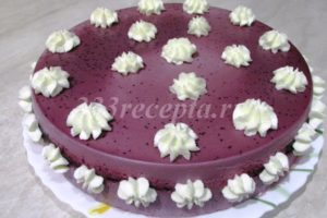 <p>Оставшиеся 100 г сливок взбиваем и с помощью кондитерского мешка с насадкой украшаем наш тортик.</p>