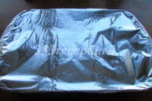 <p>Накрываем форму фольгой и запекаем в духовке при температуре 190<sup>0 </sup>С 20 минут.</p>
