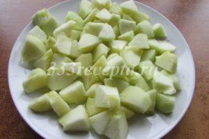 <p>Яблоки чистим, удаляем сердцевину и нарезаем небольшими кусочками. Парим яблоки в микроволновке 6-7 минут под крышкой.</p>