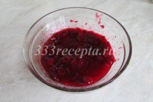 <p>Клюкву разминаем, чтобы все ягодки лопнули. С помощью ситечка отделяем сок с мякотью от кожицы.</p>