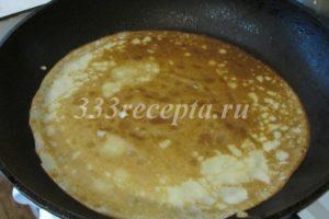 <p>На среднем огне обжариваем на раскалённой сковороде, смазанной растительным маслом, 5 блинов.</p>