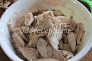 <p>Приготовление курника начинаем с приготовления начинок. Заливаем куриное мясо 1,5-2 л воды, добавляем 1 ст.л. соли и отвариваем в течении 1,5 часов. Отваренное и остывшее мясо разбираем руками на кусочки среднего размера.</p>