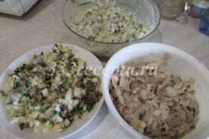 <p>Получившимся соусом заправляем все три начинки: отварную курицу, рис с яйцом и укропом, шампиньоны с яйцом и зелёным луком. В рисовую начинку соуса добавляем чуть больше, чем в остальные, т.к. она самая сухая.</p>