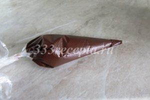 <p>Шоколадную глазурь выкладываем в небольшой кондитерский мешок и с помощью него делаем шоколадные подтёки на торте.</p>