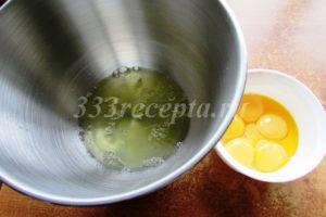 <p>Начинаем с приготовления бисквита: для этого берём яйца и аккуратно отделяем белки от желтков.</p>