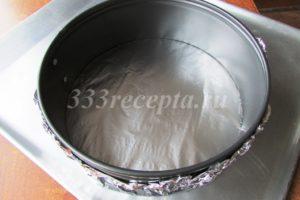 <p>Из фольги делаем дно для кольца диаметром 20 см и устанавливаем форму на противень.</p>