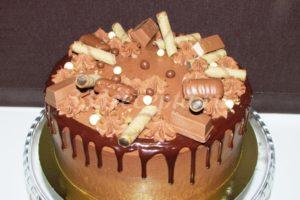 <p>Украшаем торт по желанию: шоколадками, конфетами, вафлями, печеньем и дражже.</p>