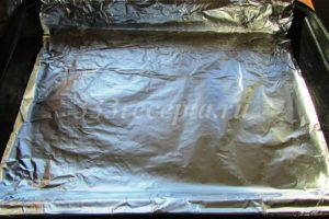<p>Прямоугольную форму (20*30 см) застилаем фольгой или пергаментом.</p>