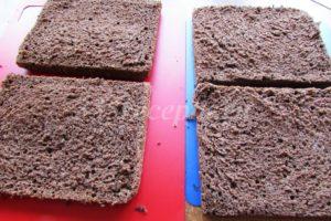 <p>Отлежавшийся бисквит разрезаем пополам и каждую половинку разрезаем вдоль пополам.</p>