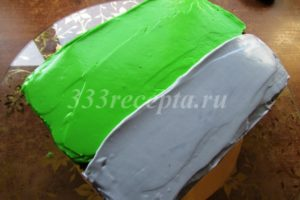 <p>Гелиевыми пищевыми красителями окрашиваем крем и наносим его на торт сверху и по бокам.</p>