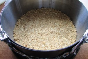 <p>Выкладываем массу из печенья на дно разъёмной формы, разравниваем.</p>