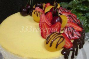 <p>Украшаем чизкейк ягодами, фруктами, шоколадом.</p>
