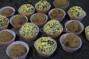 <p>Готовые трюфели обваливаем в какао, вафельной крошке, кокосовой стружке — в чём больше нравится.</p>