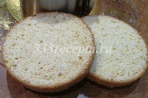 <p>Отлежавшийся бисквит разрезаем вдоль на 3 части.</p>