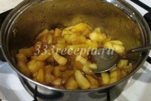 <p>Когда яблоки приобретут карамельный цвет, добавляем 25 г сливочного масла и томим ещё несколько минут. Перекладываем в холодную ёмкость и даём остыть.</p>