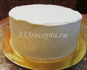 <p>Если решили украсить торт мандаринами и шишками, то покрываем торт ещё одним слоем крема.</p>