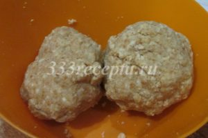<p>Добавляем в крем крошку из бисквита и замешиваем массу для кейк попсов. Она должна держать форму и не рассыпаться.</p>