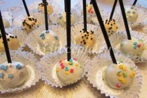 <p>В полученную шоколадную смесь окунаем кейк попс, даём стечь лишнему шоколаду и ставим его в подставку или на бумажную капсулу, как я. Тут же посыпаем кейк попсы посыпками, пока шоколад не застыл. Кейк попсы готовы к подаче через час.</p>