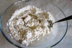 <p>В тёплой воде растворяем соль и сахар и заливаем в муку, туда же выливаем растительное масло.</p>
