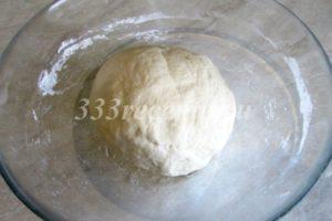 <p>Вымешиваем тесто 7-10 минут. Тесто должно стать мягким, гладким и не липнуть к рукам.</p>