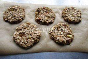 <p>Делим тесто на 5 частей и формируем печенье. Выкладываем печенье на пергамент.</p>