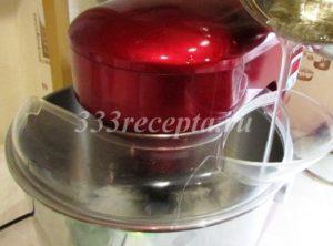 <p>Когда температура сиропа достигла 121ºС, снимаем его с огня, ждём пока сойдут пузыри. Белки к этому времени уже должны взбиться в пышную пену, увеличиваем скорость миксера до максимума и начинаем вливать в белки сахарный сироп тонкой струйкой по стенке чаши, чтобы струя не попадала на венчик.</p>