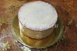 <p>Затем тонким слоем покрываем торт творожным кремом и убираем на 15 минут в холодильник.</p>