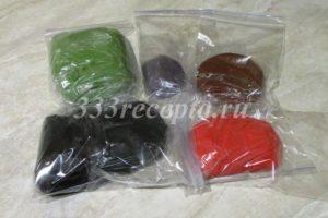 <p>Окрашиваем мастику обычными гелевыми красителями и храним в холодильнике в герметичной упаковке (при попадании воздуха мастика твердеет) до 1 месяца.</p>