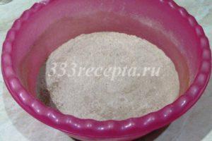 <p>В отдельную миску просеиваем 225 г муки, 1 ст.л. какао, 1/2 ч.л. соды, 1 ч.л. разрыхлителя, добавляем 200 г сахара и 1/4 ч.л. соли, перемешиваем.</p>