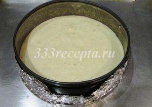 <p>Выливаем тесто в кольцо с дном из фольги и выпекаем в заранее разогретой духовке на 180 градусах 15-20 минут.</p>