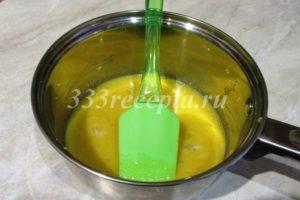 <p>Смешиваем в сотейнике 43 г лимонного сока, цедру от половины лимона, 48 г сахара и 60 г яичного желтка, доводим на среднем огне до 82 градусов, снимаем с огня.</p>