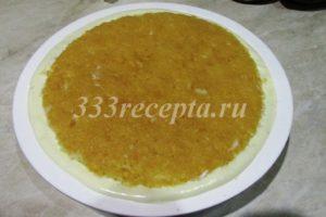 <p>И накрываем мусс заранее вырезанным по форме бисквитом (толщина бисквита 1 см), бисквит чуть подтапливаем в муссе. Собранный торт убираем в морозилку на сутки.</p>