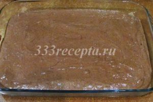 <p>Выливаем тесто в жаропрочную форму 30*40 см с застеленным пергаментом дном. Если есть разъёмная форма, то ещё лучше!</p>