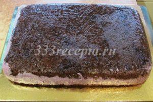 <p>Вынимаем торт из формы и выкладываем его на подложку или блюдо, в котором будем подавать.</p>