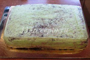 <p>Покрываем торт первым тонким слоем ганаша и убираем в холодильник на 15 минут.</p>