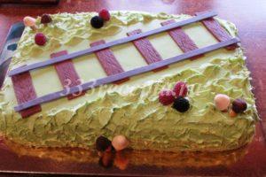 <p>Пока ганаш не полностью застыл, украшает торт «ягодками» и «грибочками».</p>