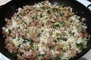 <p>Сливаем с риса воду и добавляем его в обжаренный фарш вместе с луком, петрушкой и чесноком.</p>