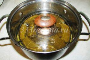 <p>Заливаем 1 л воды (при желании можно воду заменить на мясной или овощной бульон) и тушим под гнётом 30-40 минут на медленном огне.</p>