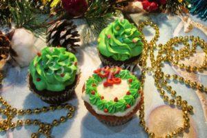 <p>Можно сделать кремовую ёлочку или рождественский венок.</p>