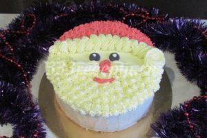 <p>Если решили сделать торт в виде головы Деда Мороза, то второе выравнивание кремом нам не нужно. Берём часть крема и окрашиваем её пищевым гелевым красителем в красный цвет и совсем чуть-чуть в черный. С помощью кондитерского мешка и небольшой насадки «закрытая звезда» наносим рисунок.</p>