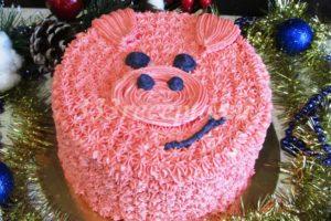 <p>Если же решили сделать торт в виде головы Поросёнка, так же не делаем второе выравнивание. Немного крема окрашиваем пищевым гелевым красителем в черный цвет, а оставшийся — в розовый. С помощью кондитерского мешка и небольшой насадки «закрытая звезда» наносим рисунок.</p>