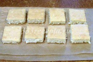 <p>Даём бисквиту остыть и вырубаем 8-10 маленьких бисквитов, которые послужат основанием для пирожных. Их размер должен быть чуть меньше размера основания форм, в которых мы собираем пирожные. Например, у меня формы квадратные 5*5 см, поэтому бисквиты я вырезала квадратные 3,5*3,5 см. Если у вас круглые формы диаметром 5 см, то основания вырубайте круглой формой диаметром 3,5-4 см. Также смотрите за толщиной бисквита, вполне достаточно 0,5 см, если у вас бисквит толще, его можно подрезать.</p>
