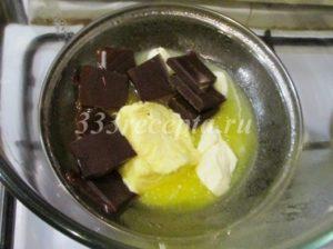 <p>Начинаем приготовление муссового торта, как всегда, с основания, в данном случае это брауни.</p> <p>Растапливаем на водяной бане 63 г сливочного масла с 55 г тёмного шоколада.</p>