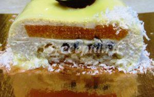 <p>В этих пирожных я клубничное пюре заменила на пюре маракуйи.</p>