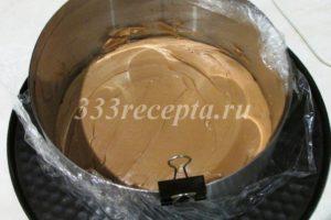 <p>Выкладываем ганаш в кольцо диаметром 16 см и убираем в морозилку до полного замерзания.</p>