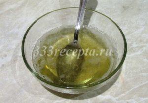 <p>Когда бисквит и начинка замёрзли, приступаем к приготовлению мусса. В 60 г холодной воды замачиваем 10 г желатина и оставляем до набухания, примерно, на 30 минут, затем в микроволновке растапливаем его импульсами по 5 секунд, желатин ни в коем случае не должен закипеть.</p>